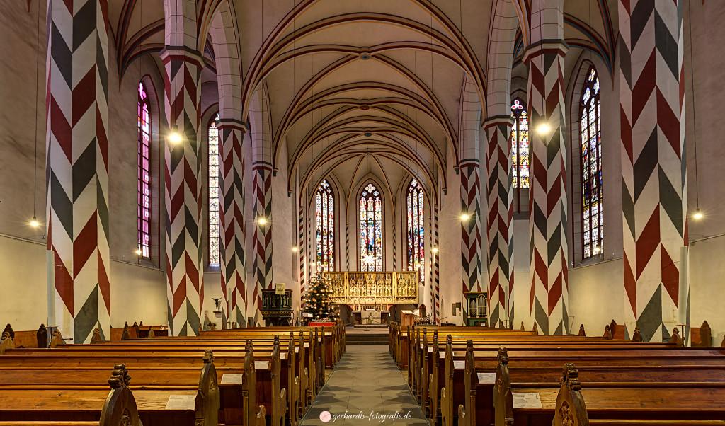 Fotogenes Göttingen | Innenraum der St.-Jacobi-Kirche | HDR aus 5 Einzelbildern. Kamera-Einstellungen: Blende: 8, Belichtungszeit: 4 Sek. (-4,-2,+2,+4 Blendenstufen), Lichtempfindlichkeit: ISO 100, Brennweite: 16 mm