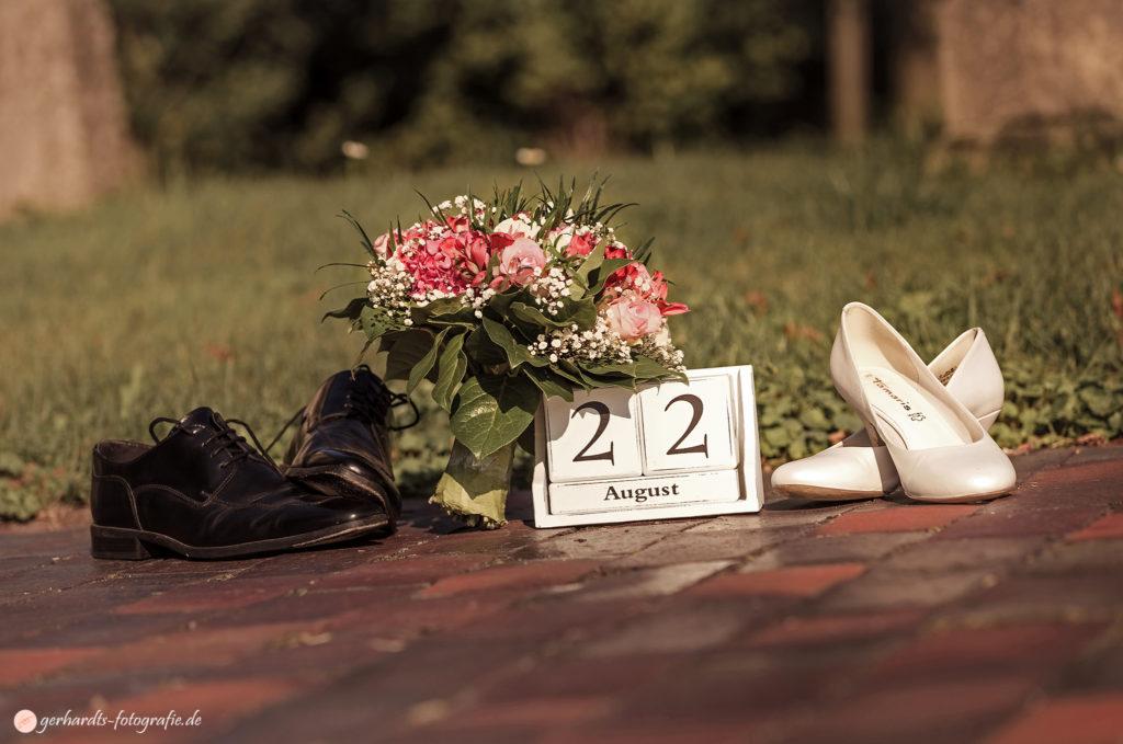 Hochzeitsfotograf Göttingen | Arrangement mit Hochzeits Schuhen | Hochzeitsfotografie