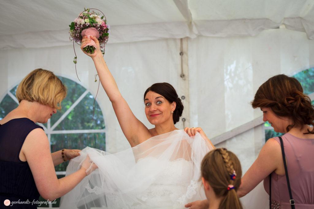 Hochzeitsfotograf Göttingen | Ankleiden Hochzeit | Hochzeitsfotografie