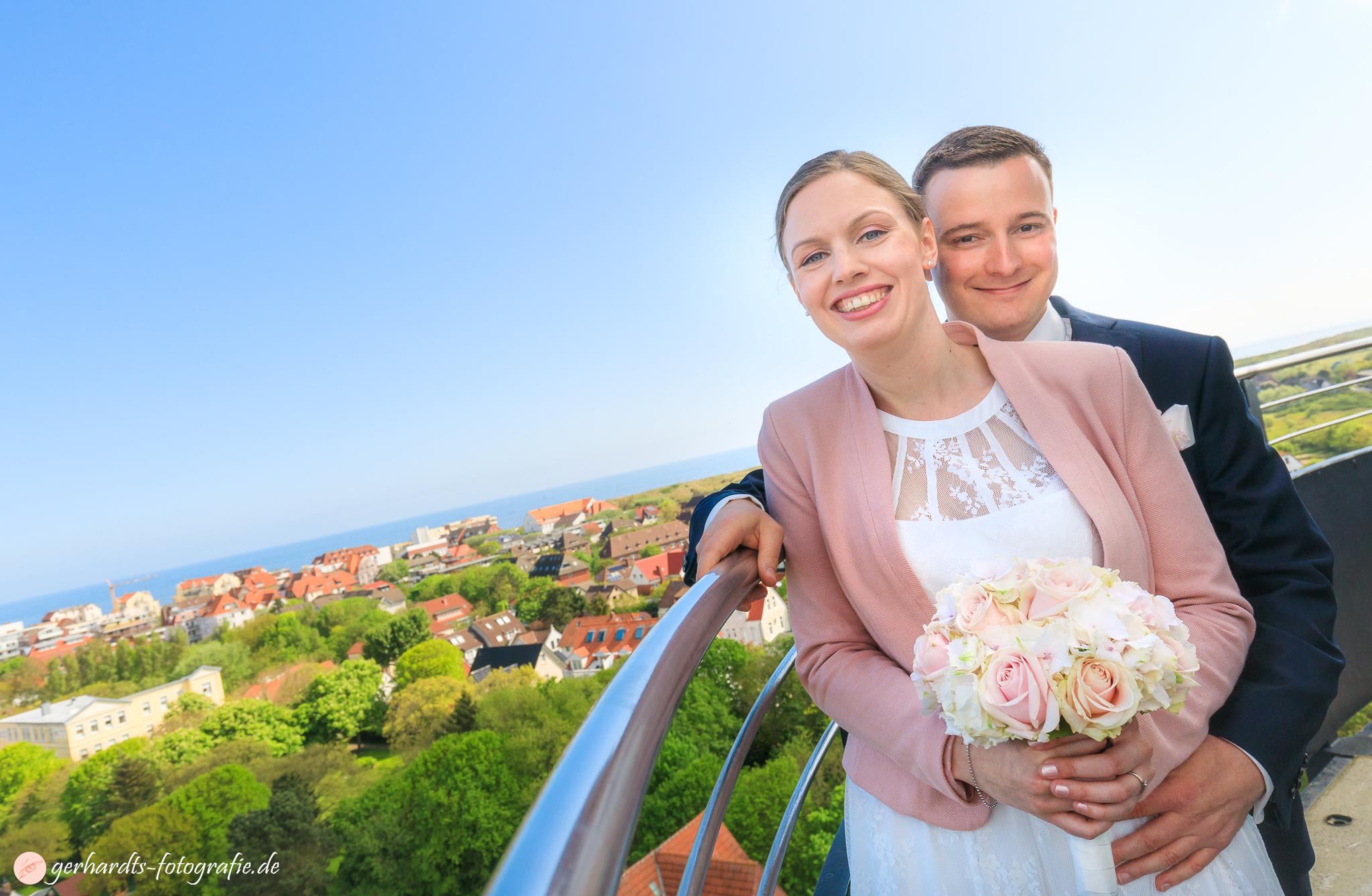 Das Hochzeitspaar auf dem Alten Leuchtturm Wangerooge - Hochzeitsfotograf Wangerooge