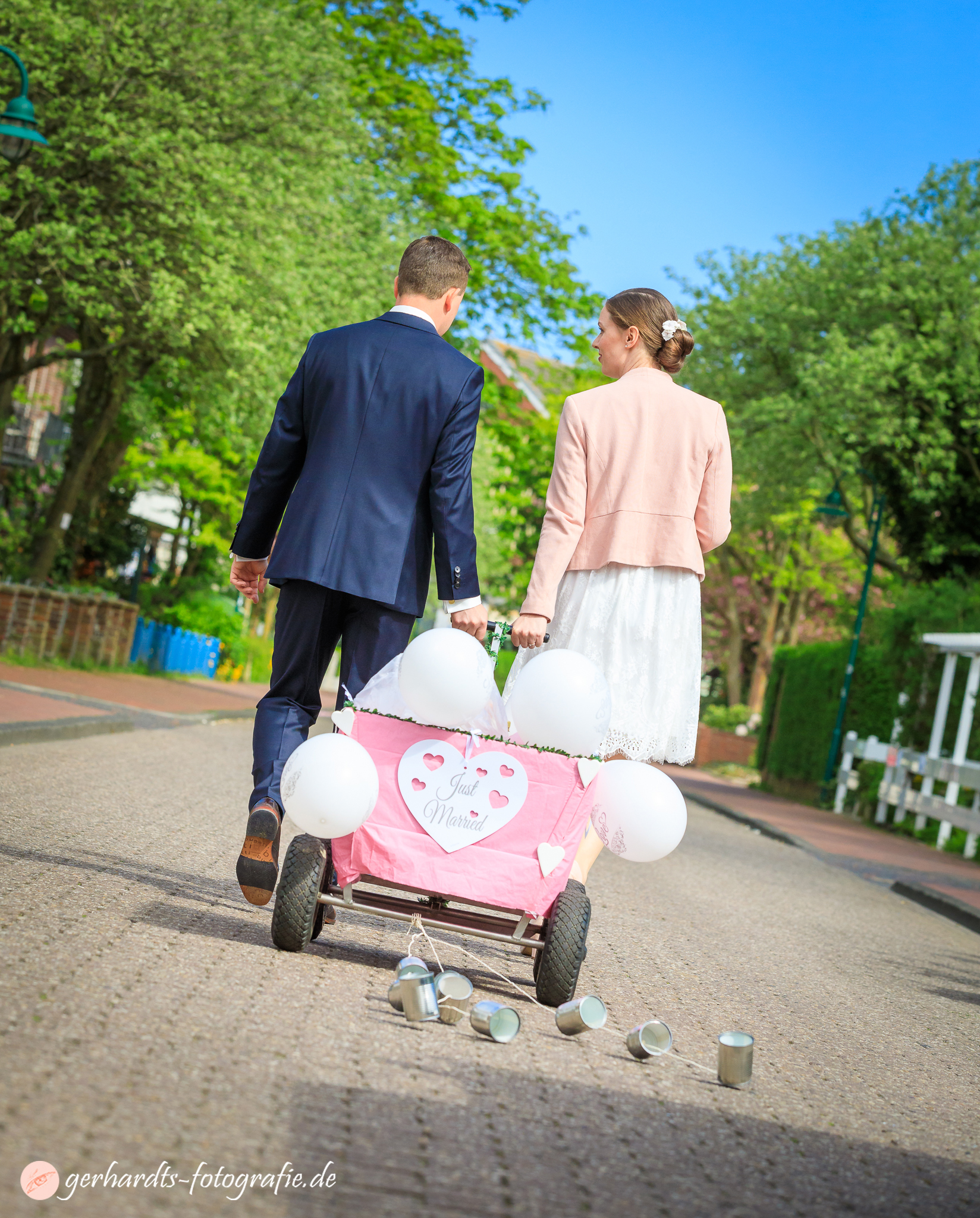 Das Hochzeitspaar auf dem Weg zum Empfang im Café Puddig Wangerooge - Hochzeitsfotograf Wangerooge