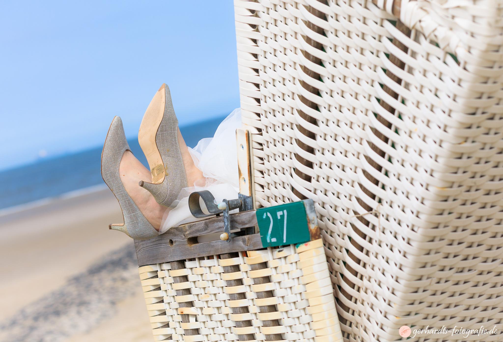 Die Braut entspannt im Strandkorb - Hochzeitsfotograf Wangerooge