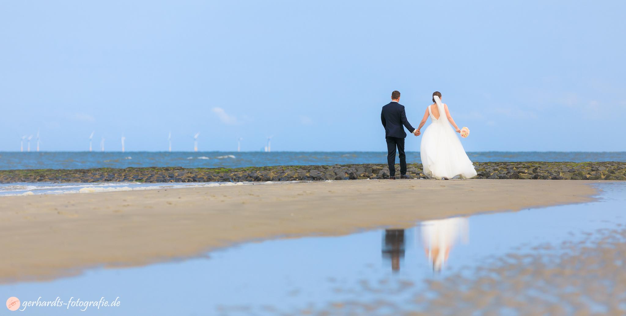 Hochzeitsspaziergang am Strand von Wangerooge - Hochzeitsfotograf Wangerooge