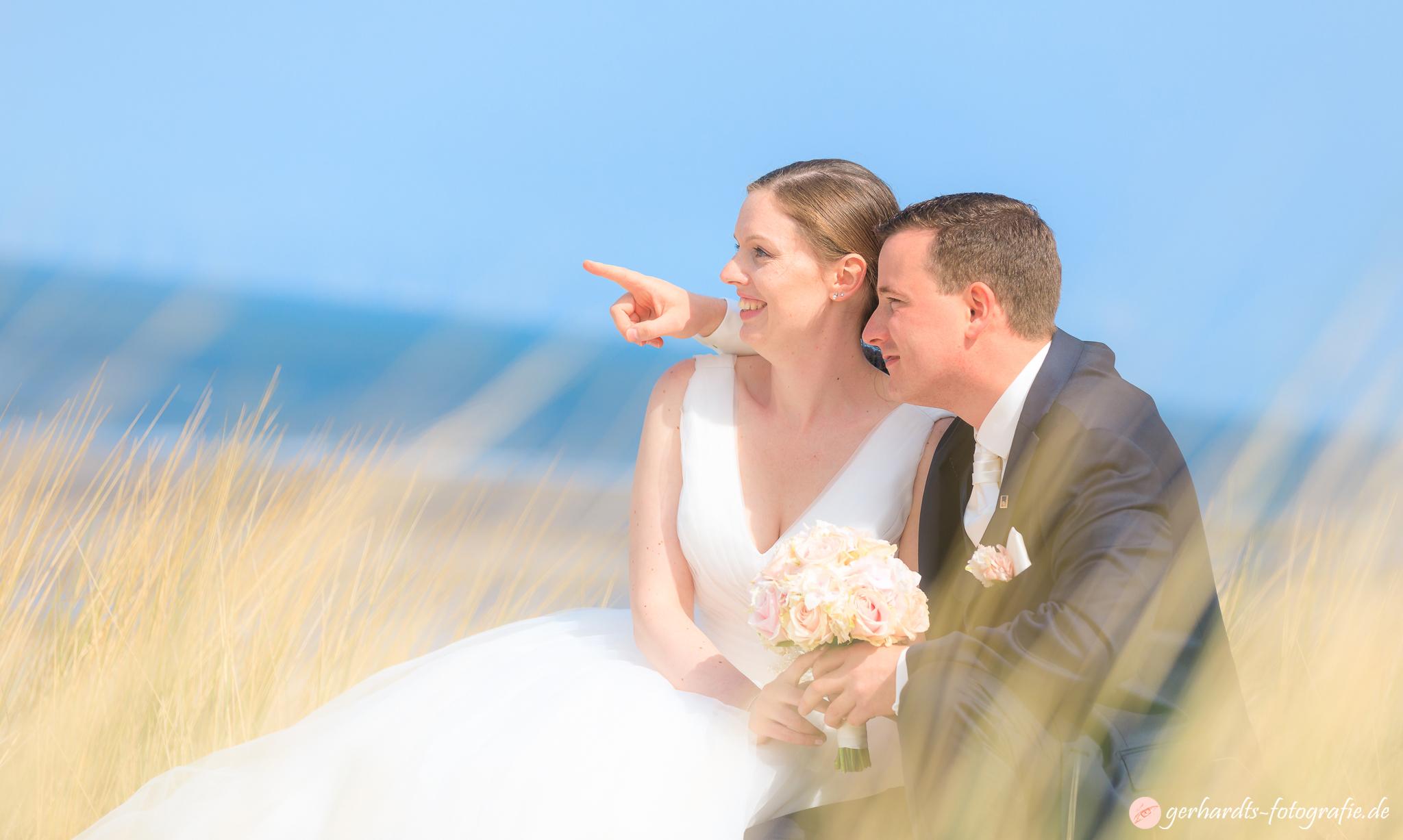 Verliebte Augenblicke in den Dünen von Wangerooge - Hochzeitsfotograf Wangerooge